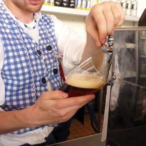 официант точит пиво малое